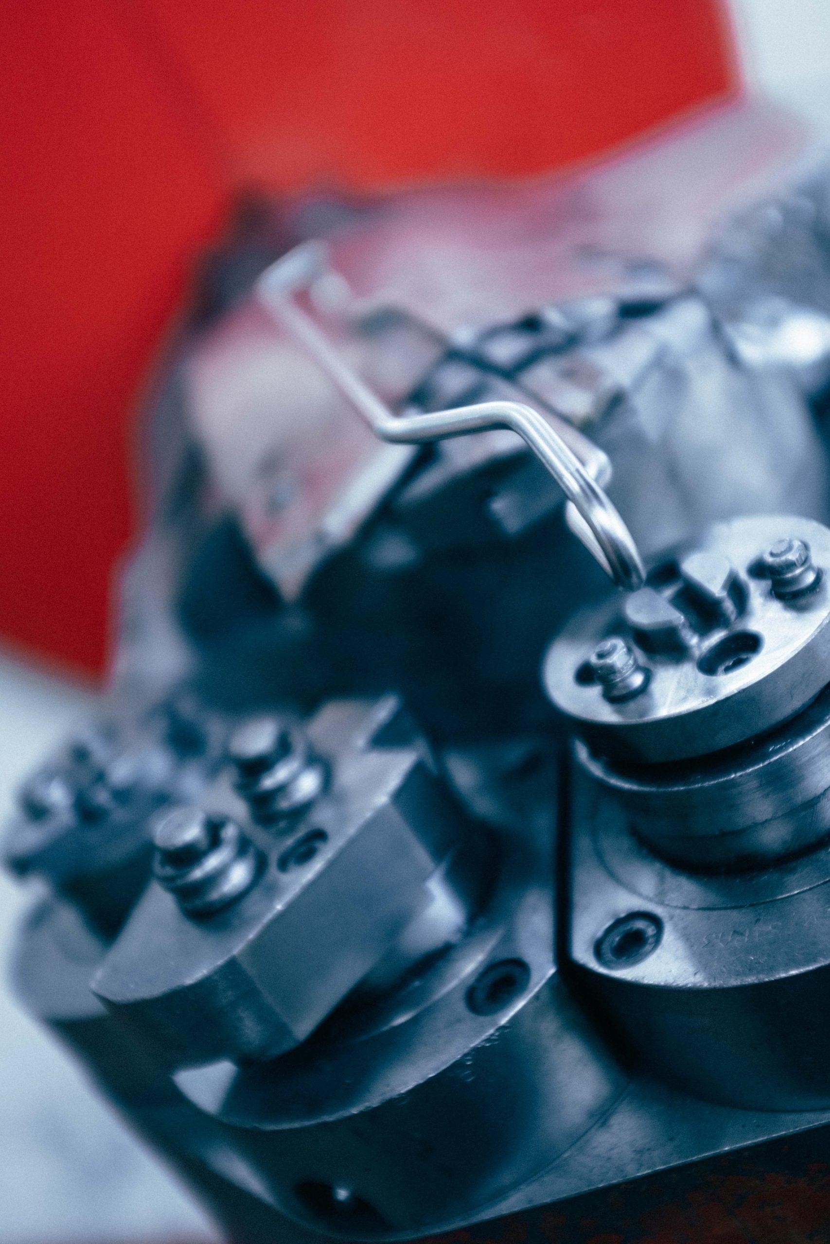 Une machine à commande numérique fabrique une pièce à partir de fil métallique cintrage